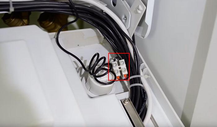 контакты для подключения терморегулятора за пределами платы управления газового котла