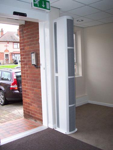 вертикальная завеса на входе в здание