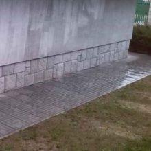 Облицовка цоколя фундамента бетонной плиткой с фактурой «рваный камень».