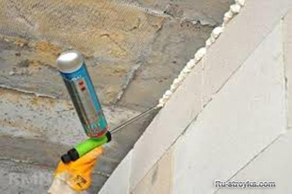 Чем заделать щели между стеной и потолком, чтобы они не растрескивались