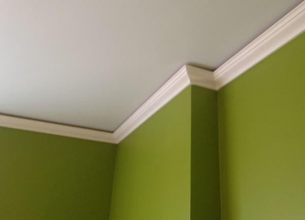 Напольный плинтус вполне применим и для потолка
