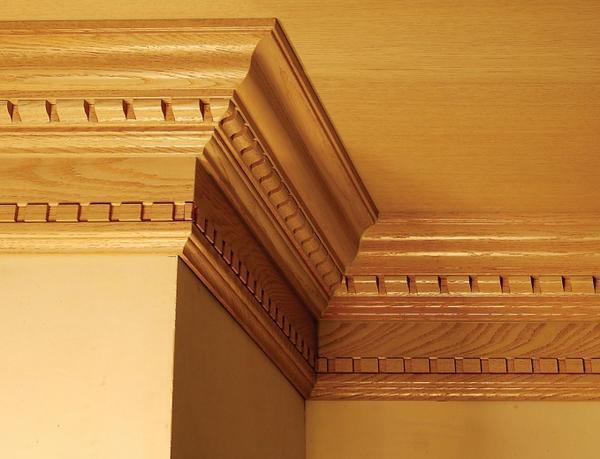 Преимущество деревянного плинтуса заключается в том, что его можно покрыть лаком, подчеркнув текстуру дерева
