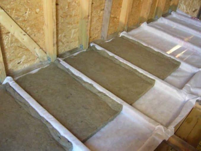 Как правильно укладывать пароизоляцию на потолок: какой стороной стелить, укладка и монтаж при утеплении потолка, как крепить (видео)?